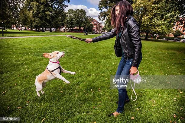 Frau spielen mit dem Hund im park London