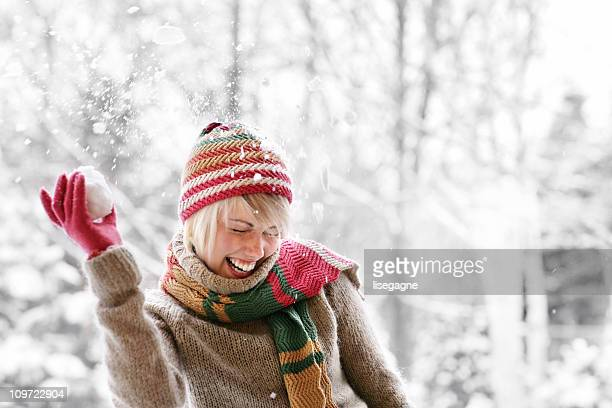 Frau spielen mit Schnee