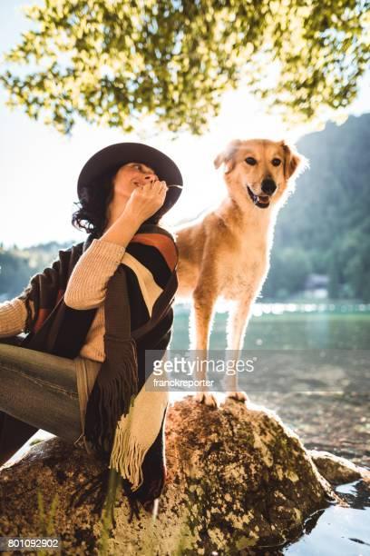 Frau spielt mit dem Hund in den Bergen