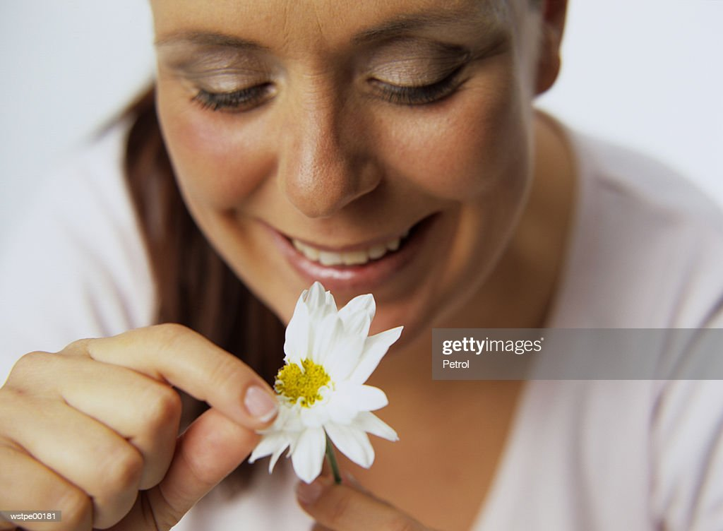 Woman plucking petals of flower : Foto de stock