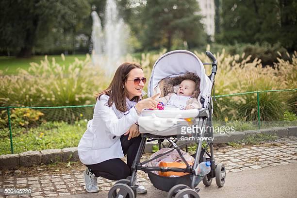 Frau zeigt etwas zu Ihrem baby