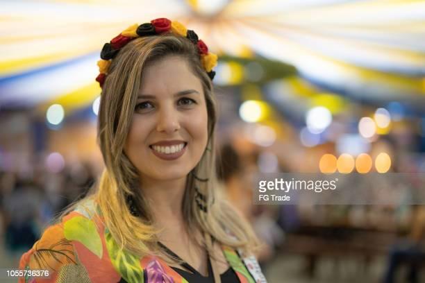 retrato de mulher na oktoberfest em blumenau, santa catarina, brasil - cultura alemã - fotografias e filmes do acervo