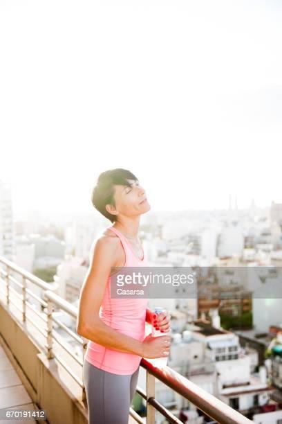 Porträt der Frau auf dem Dach in der Abenddämmerung