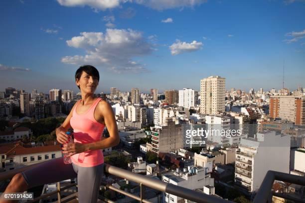 夕暮れ時の屋根の上の女性の肖像画 - ユーロチャレンジ ストックフォトと画像