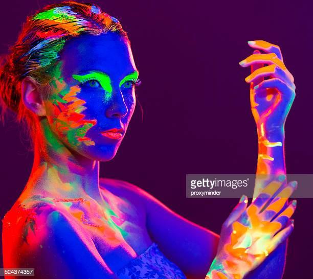 Frau Porträt mit Make-up Farben gemalt UV-Strahlen