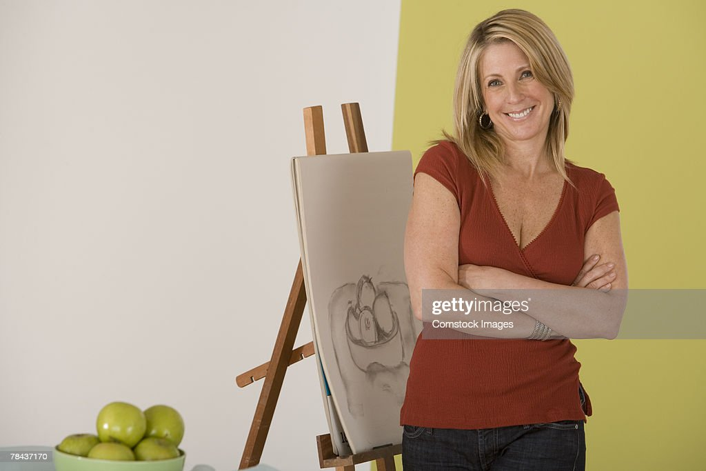 Woman posing by a sketch : Stockfoto
