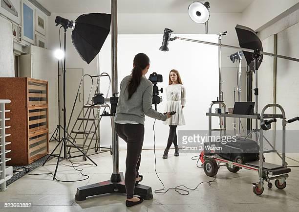 woman posing in photographic studio - fotograf stock-fotos und bilder