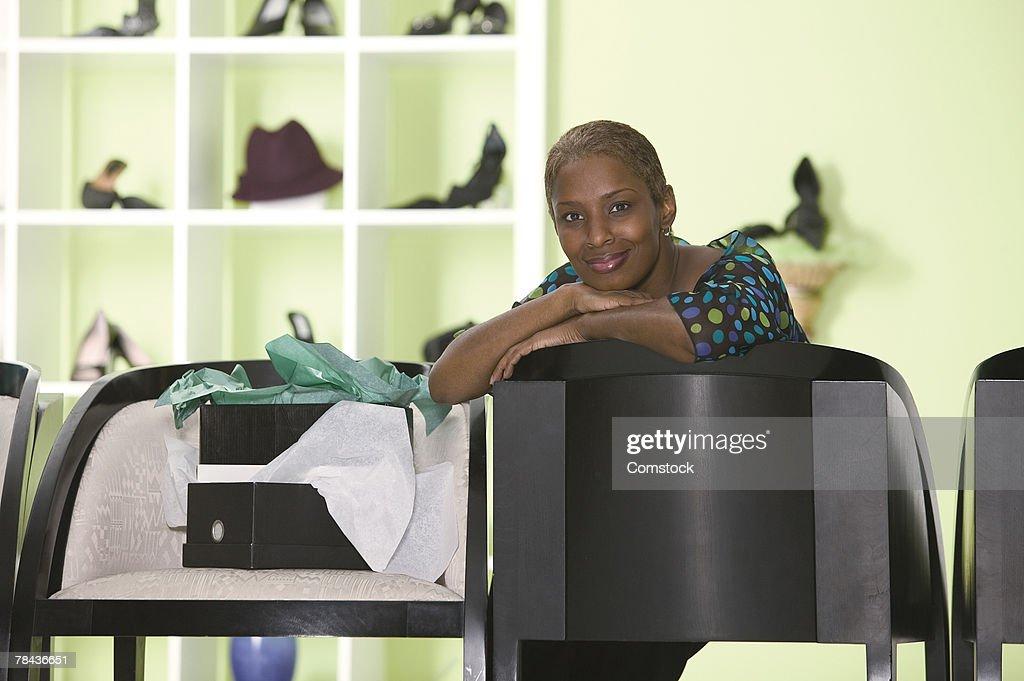 Woman posing in shoe store : Stockfoto