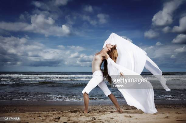 ビーチでポーズを取る女性
