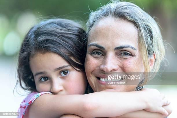 Frau posieren mit Ihrer Tochter