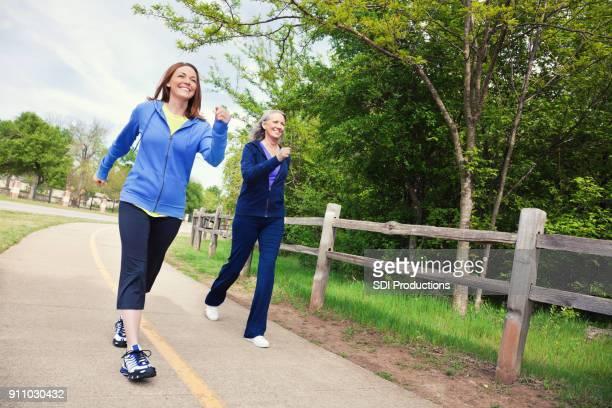 先輩ママと公園で歩く女性力