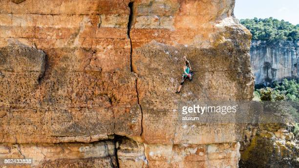 woman practicing rock climbing in siurana catalonia - arrampicata su roccia foto e immagini stock