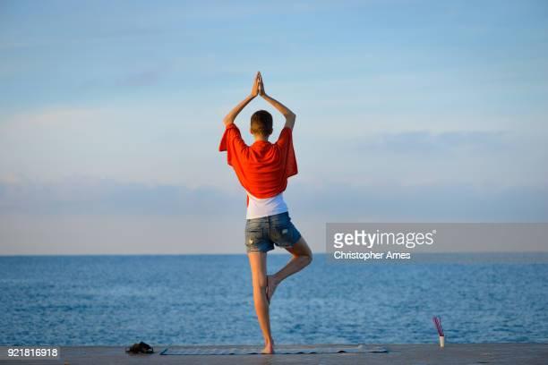 Femme pratiquant le Yoga et la méditation à l'aube