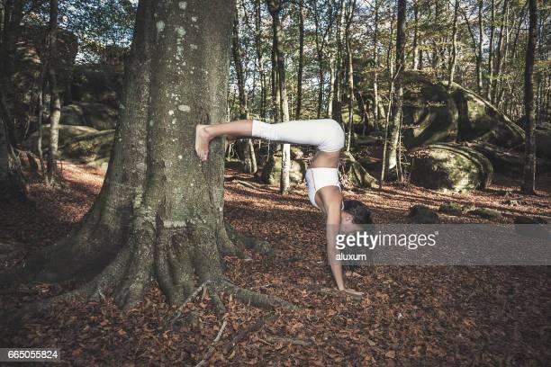 Yoga zu praktizieren Frau im Wald