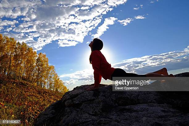 woman practicing yoga outdoors in fall colors - steamboat springs colorado - fotografias e filmes do acervo