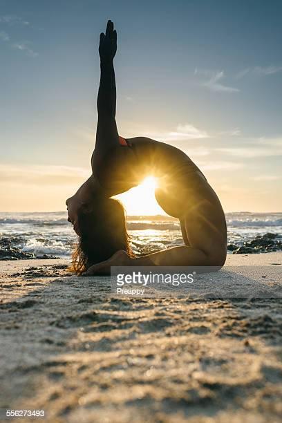 woman practicing yoga - playa tamarindo fotografías e imágenes de stock