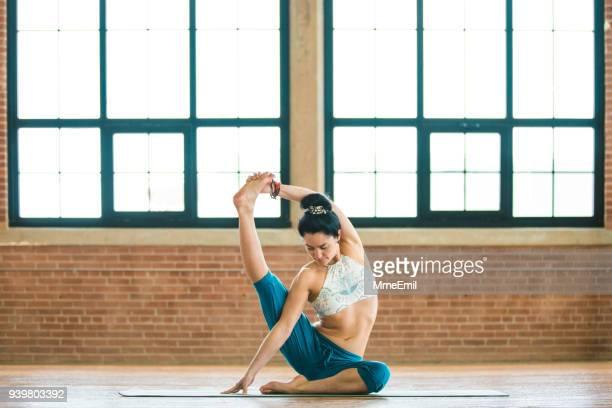 Yoga pratique femme. Pose de tête-à-genou révolution. Parivrtta Janu Sirsasana