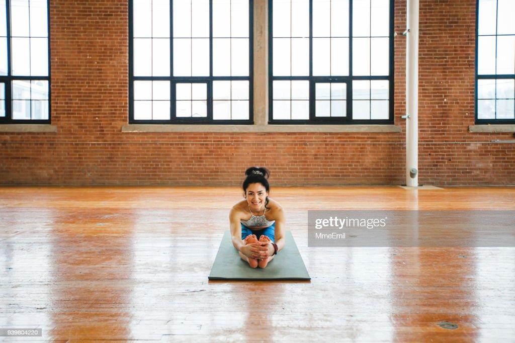 Frau Yoga zu praktizieren. Sitzen nach vorne beugen Pose. Paschimottanasana : Stock-Foto