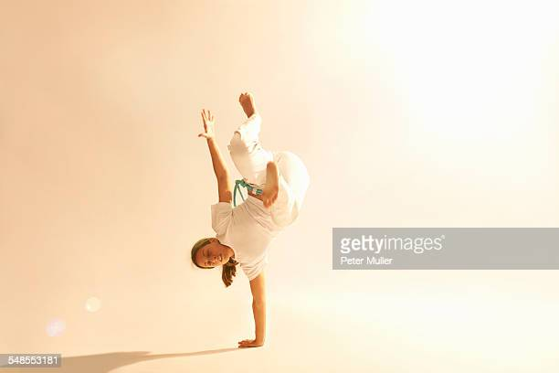 woman practising capoeira - capoeira imagens e fotografias de stock