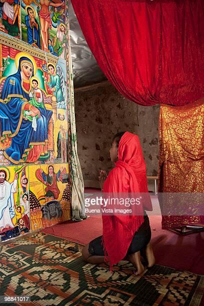 woman praying in monastery - mulher orando de joelhos imagens e fotografias de stock