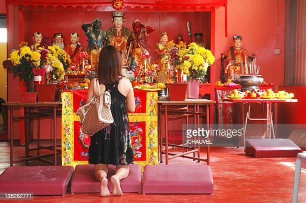 woman praying in temple - mulher orando de joelhos imagens e fotografias de stock