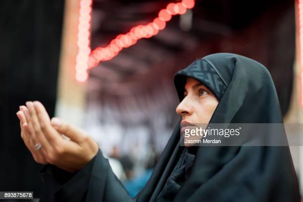 woman praying inside a mosque - イラク ストックフォトと画像