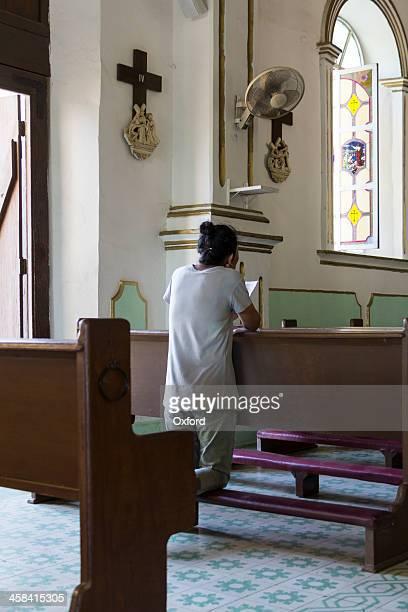 mulher rezar - mulher orando de joelhos imagens e fotografias de stock