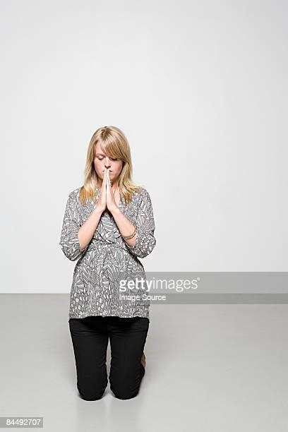woman praying - mulher orando de joelhos imagens e fotografias de stock