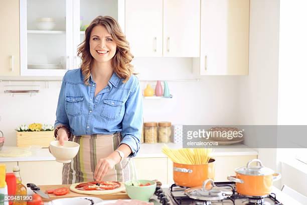 Mujer prepara la comida en la cocina