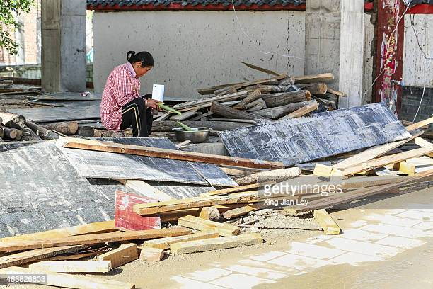 CONTENT] woman preparing a meal at a construction site at Songpan
