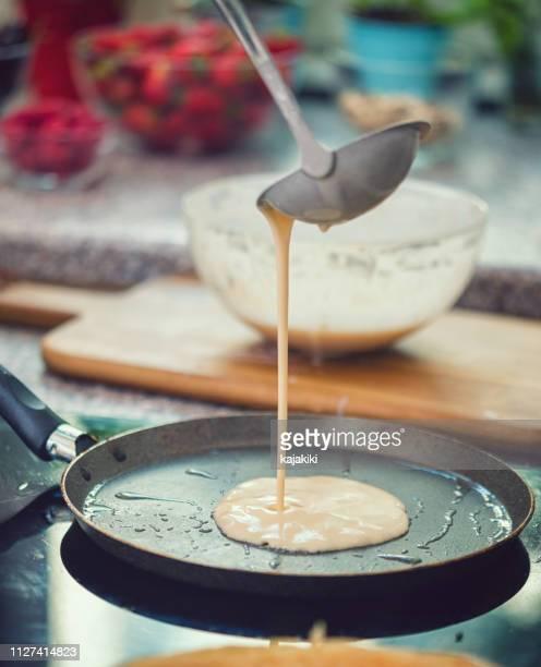 frau, die zubereitung von crepes - female whipping stock-fotos und bilder