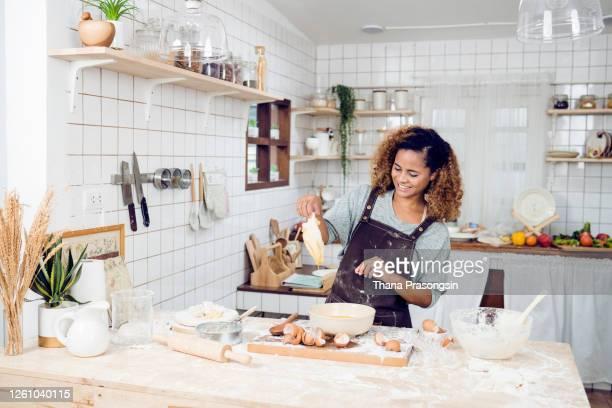 woman preparing for cookie - 焼く ストックフォトと画像