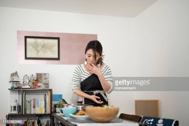 自宅で食事の準備をする女性 - 専業主婦 ストックフォトと画像