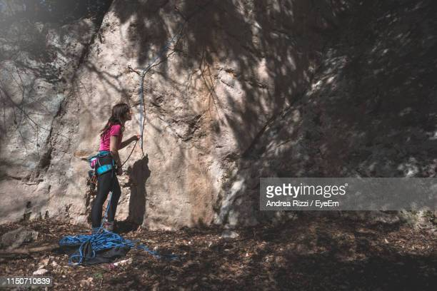woman preparing for rock climbing - andrea rizzi fotografías e imágenes de stock