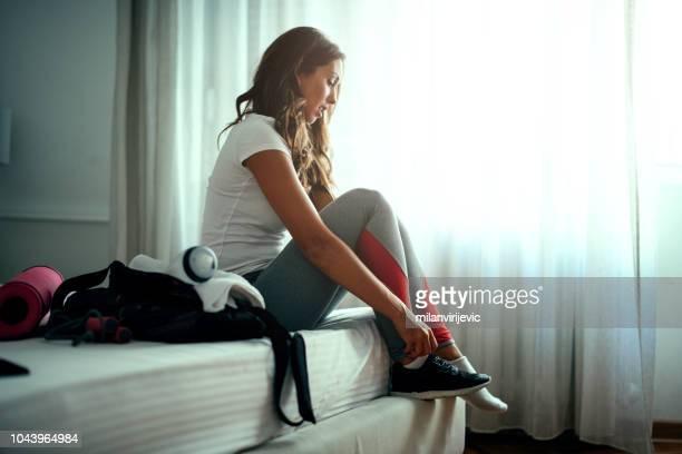 mujer preparando para entrenamiento - ropa de deporte fotografías e imágenes de stock