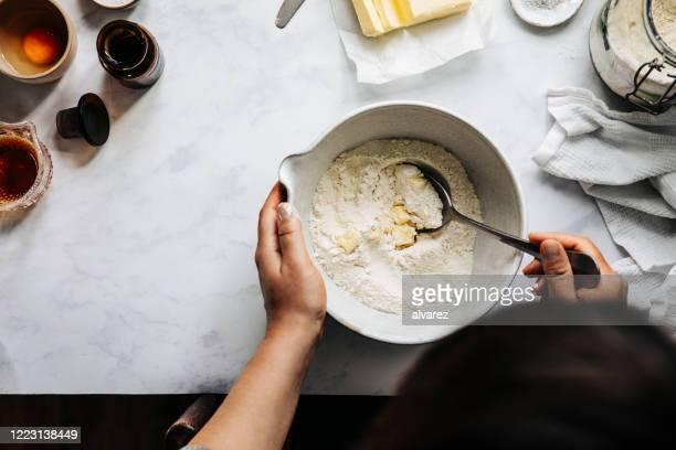 小麦粉とバターでフルーツパイ生地を準備する女性 - ペストリー生地 ストックフォトと画像