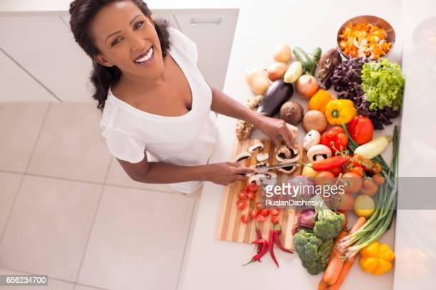 Mujer preparar una ensalada.