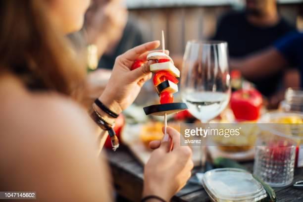 frau bereitet spieße mit essen - bratspieß stock-fotos und bilder