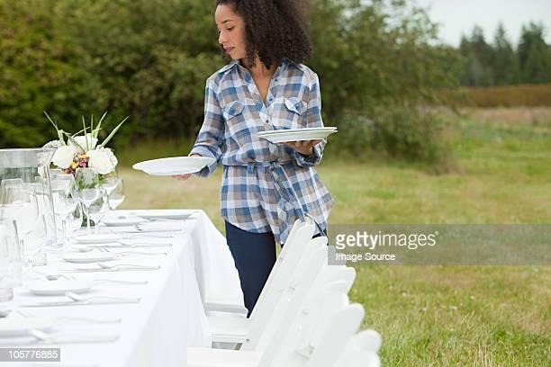 女性のための準備用のテーブルでディナーパーティを