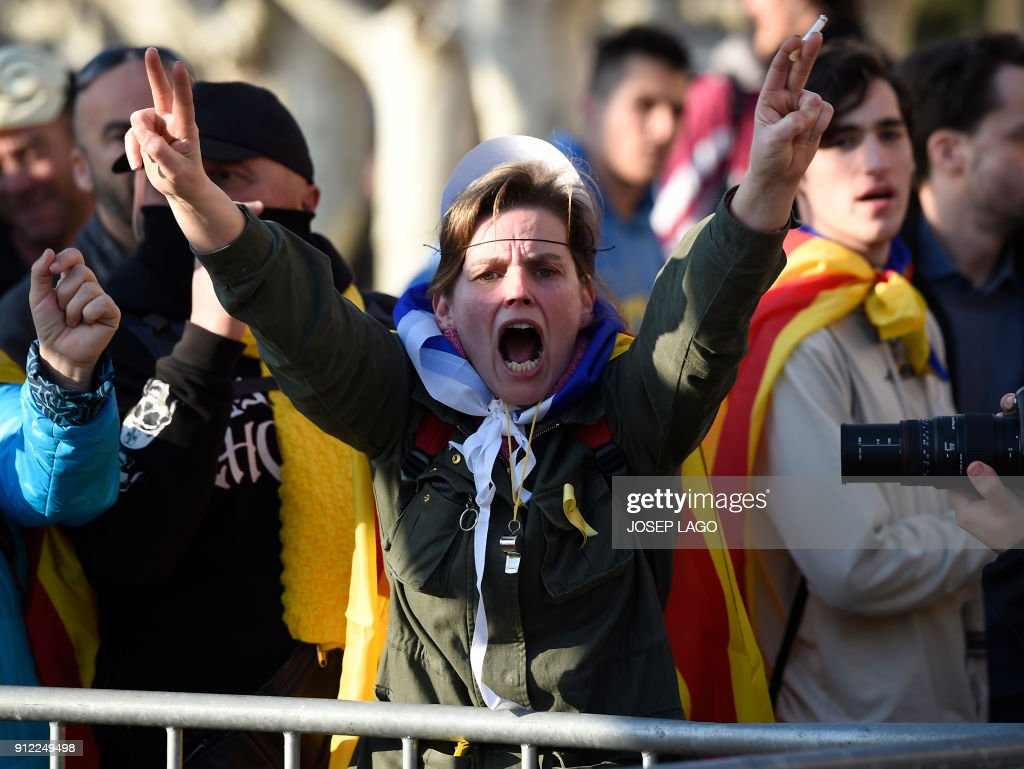 A woman protests during a demonstration outside the Catalan parliament on January 30, 2018 in Barcelona. The speaker of Catalonia's parliament Roger Torrent delayed a key debate in the regional assembly on ousted separatist leader Carles Puigdemont's bid to form a new government, but defended his right to return to power. / AFP PHOTO / Josep LAGO
