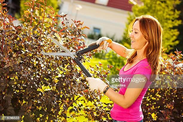 Frau Stutzen Pflanzen im Garten