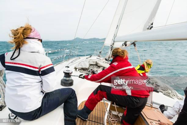 frau ziehen seil am segeln kurs - crew stock-fotos und bilder