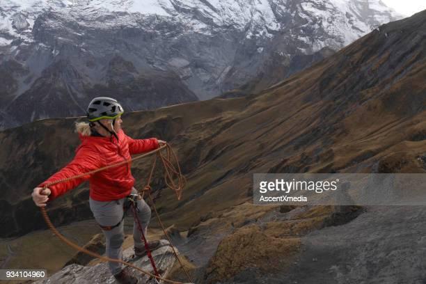 女性を引っ張るロープ バットレス山脈を越えて