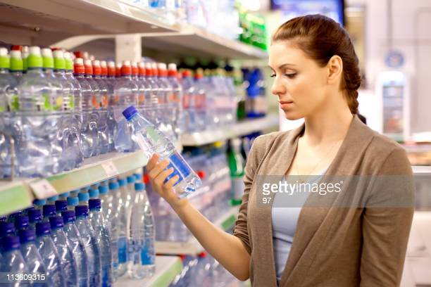 女性の物件で、ウォーターボトルショップ - 商品 ストックフォトと画像