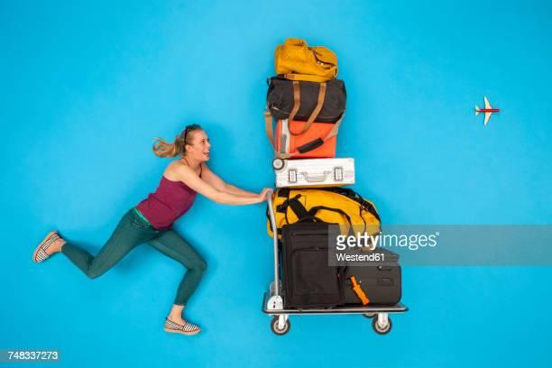 woman pushing luggage trolley - empurrar atividade física imagens e fotografias de stock