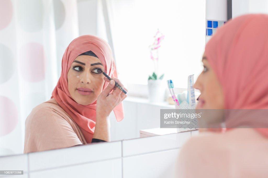 Woman putting on make-up : Stock-Foto
