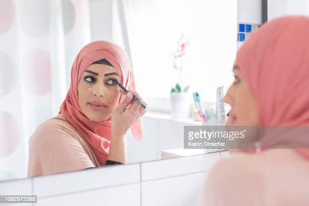 woman putting on make-up - showus stock-fotos und bilder