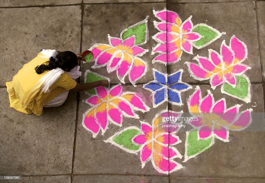 Woman putting rangoli : Foto de stock