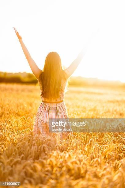 Femme mettre les mains dans le champ