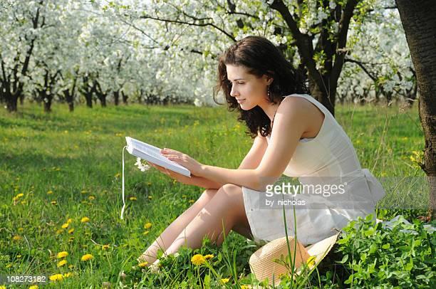 Femme lisant un livre dans la Prairie